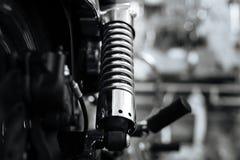 Nouvel amortisseur étant installé dans la motocyclette classique Images libres de droits