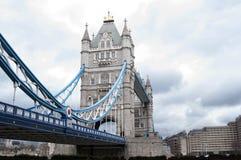 Nouvel angle de pont de tour, Londres Image stock
