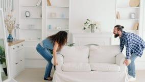Nouvel appartement de fourniture stupéfait jeunes par couples banque de vidéos