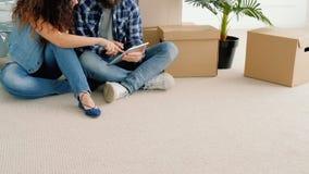 Nouvel appartement de jeunes couples jouant le jeu sur Internet clips vidéos