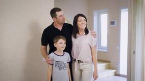 Nouvel appartement et jeune famille heureuse Famille fière se tenant dans leur nouvelle maison banque de vidéos