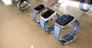 Nouvel Apple observent dans le magasin de pomme clips vidéos