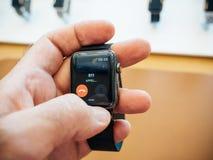 Nouvel Apple observent l'urgence 911 de la série 3 au-dessus montre d'appelle Photo libre de droits