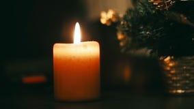 Nouvel arbre de Noël de bougie brûlante banque de vidéos