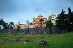 Nouvel Athos en l'Abkhazie un jour nuageux image stock