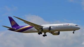 Nouvel Boeing 787-9 Dreamliner atterrissage de Thai Airways à l'aéroport international d'Auckland Photos stock