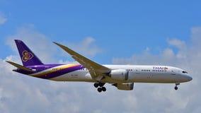 Nouvel Boeing 787-9 Dreamliner atterrissage de Thai Airways à l'aéroport international d'Auckland Images libres de droits