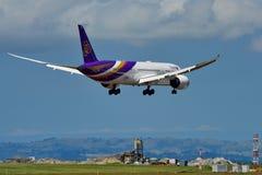 Nouvel Boeing 787-9 Dreamliner atterrissage de Thai Airways à l'aéroport international d'Auckland Photo stock