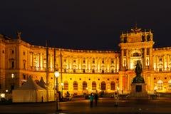 Nouvel château ou aile du Burg 1913 de Neue de Hofburg la nuit, Vienne, photos stock