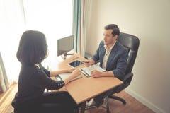 Nouvel employeur invité à signer le contrat de travail après succe photos libres de droits