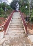 Nouvel escalier en béton avec l'au sol de brique photo stock