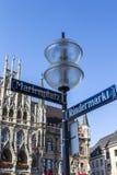 Nouvel hôtel de ville de Munich chez Marienplatz avec la plaque de rue dans l'avant Images libres de droits
