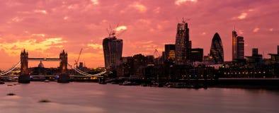 Nouvel horizon 2013 de Londres avec le coucher du soleil rouge-foncé Images libres de droits