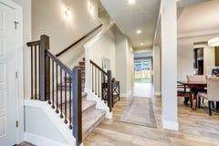 Nouvel intérieur à la maison de luxe avec l'espace ouvert Image stock