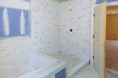 Nouvel intérieur en construction de salle de bains avec la cloison sèche et le raccordement images libres de droits
