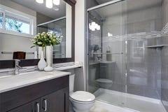 Nouvel intérieur lumineux de salle de bains avec la promenade en verre dans la douche photos stock