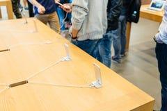Nouvel iPhone d'Apple 7 plus examiné par l'homme après achat Images libres de droits