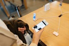Nouvel iPhone d'Apple 7 plus examiné par la femme après des purchas Photo stock