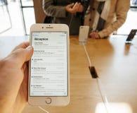 Nouvel iPhone 8 et iPhone 8 plus à Apple Store avec le courrier APP Photos stock
