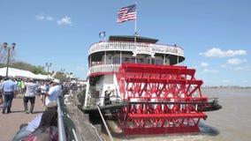 NOUVEL ORLEAN, LOUISIANE - 3 MAI 2016 : Le bateau à vapeur Natchez part sur sa croisière quotidienne vers le haut du fleuve Missi clips vidéos