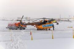 Nouvel Urengoy, YaNAO, au nord de la Russie Avia d'hélicoptère UTair et de Konvers dans l'aéroport local au service 6 janvier 201 Photos stock