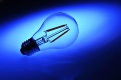 Nouvelle ampoule de lampe menée au-dessus de fond bleu Images stock