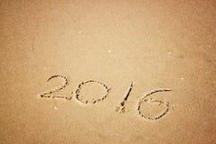 Nouvelle année 2016 écrite en plage sablonneuse l'image est rétro filtrée Photographie stock