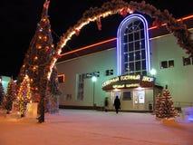 Nouvelle année. Arbre de Noël décoré avec des guirlandes. Le centre commercial. Image stock