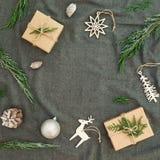 Nouvelle année, concept de cadre d'hiver Décorations de Noël, branches d'arbre à feuilles persistantes et cadeaux sur le fond de  image stock