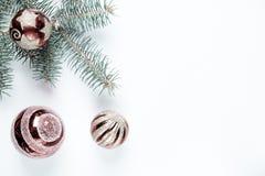 Nouvelle année, décoration de Noël Le sapin s'embranche avec des boules de jouets sur un fond de tissu photo stock