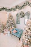 Nouvelle année dans l'arbre de Noël lumineux de couleurs photo stock