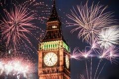 Nouvelle année dans la ville - Big Ben avec des feux d'artifice Photos stock