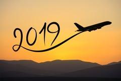 Nouvelle année 2019 en pilotant l'avion sur l'air au lever de soleil Image stock