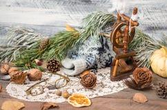 Nouvelle année et décoration d'hiver de Noël avec des branches de sapin Image libre de droits