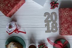 Nouvelle année et hiver réglés sur le fond en bois blanc avec les détails rouges et verts et blancs, 2018 d'or et blanc rayé Photo stock