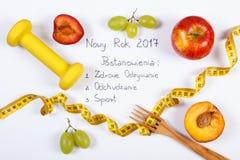 Nouvelle année et résolutions d'inscription polonaise, fruits, haltères et centimètre Photographie stock libre de droits