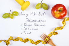 Nouvelle année et résolutions d'inscription polonaise, fruits, haltères et centimètre Photo libre de droits