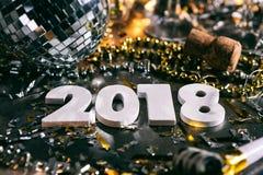 Nouvelle année : Fond 2018 de grunge avec la boule de miroir Photo libre de droits