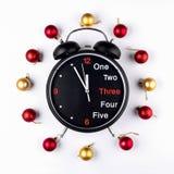 Nouvelle année, guirlande de Noël des boules colorées avec l'horloge Vue supérieure Photographie stock libre de droits