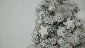 2019 Nouvelle année 2019 Le décor de nouvelle année, guirlandes colorées, chaussettes de Noël Arbre de Noël sur l'arbre de Noël banque de vidéos