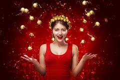 Nouvelle année, Noël, concept de vacances - femme de sourire dans la robe avec le boîte-cadeau au-dessus du fond de lumières 2017 Photo libre de droits