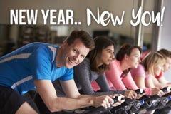 Nouvelle année nouvelle vous ! Équipez l'exercice à la classe de rotation à un gymnase photo libre de droits