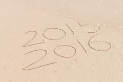 Nouvelle année pour 2016 écrit en sable Images libres de droits