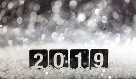 2019, nouvelle année sur la neige pendant la nuit image stock