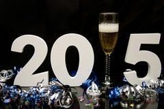 Nouvelle année 2015 sur le noir avec les confettis et le champagne image stock