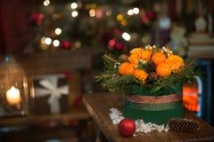 Nouvelle année un bouquet des fleurs et des mandarines Images stock
