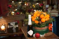 Nouvelle année un bouquet des fleurs et des mandarines Photos libres de droits