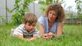 Nouvelle approche d'éducation Concept de communication Mère et enfant banque de vidéos