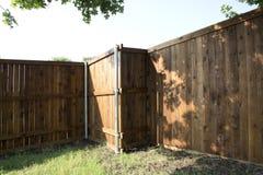 Nouvelle barrière à l'arrière-plan de yard image stock