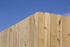 Nouvelle barrière en bois intéressante image stock